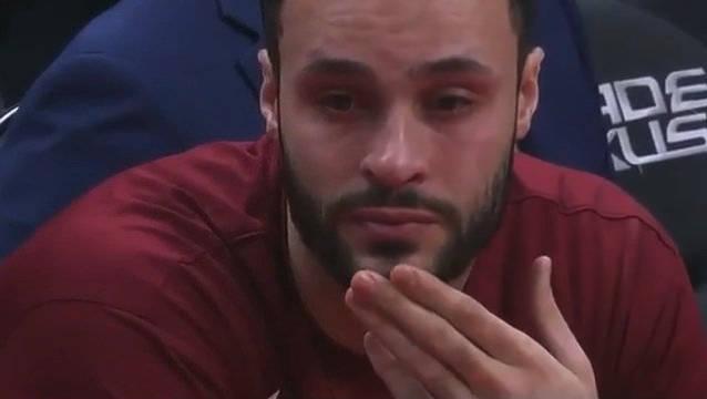 小南斯在今天的比赛里泣不成声,情绪失控,一度需要回到更衣室。