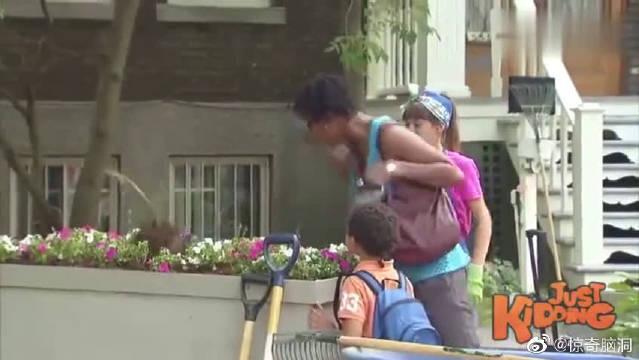 街头恶搞:路人客串园丁,没想到拔花居然拔出一颗人头!