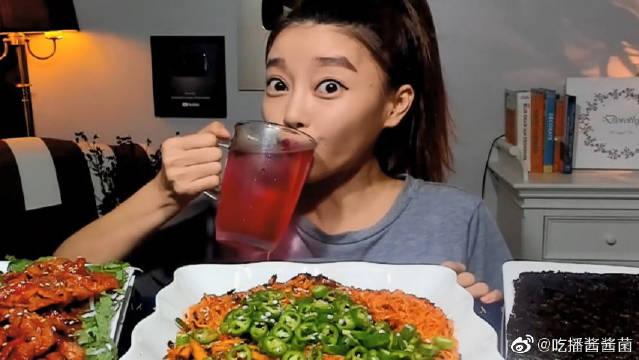 韩国美女Dorothy吃辣椒酱拌面,再来半碗青椒下肚,真是超能吃辣啊