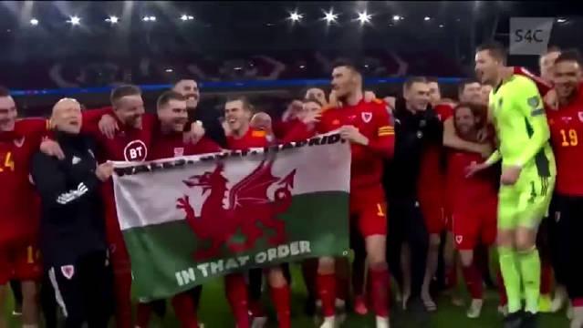 """后,贝尔和队友举着国旗庆祝,旗上写的字""""威尔士、高尔夫、马德里"""