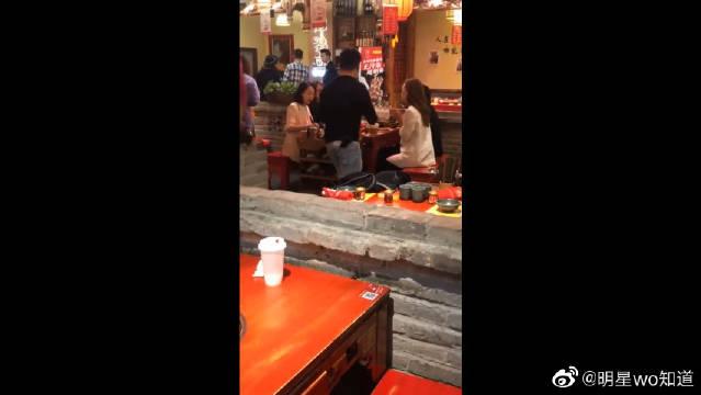 偶遇宋茜和张佳宁卢靖姗一起吃火锅!本人真的超美啊