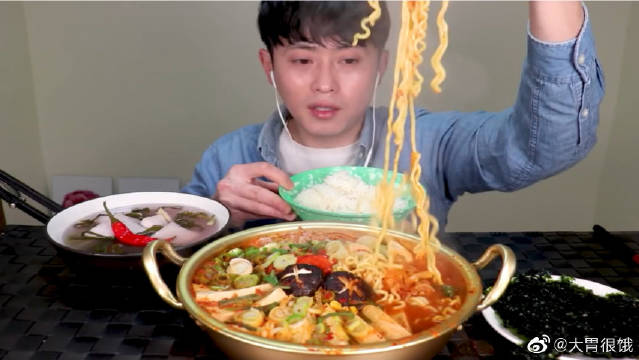 SooChang吃播金枪鱼泡菜拉面锅,搭配泡椒泡菜是因为火锅不够辣!