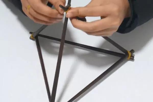 第三步:最后我们把底部两侧筷子往里面缩短一点距离,这样一个自制的图片