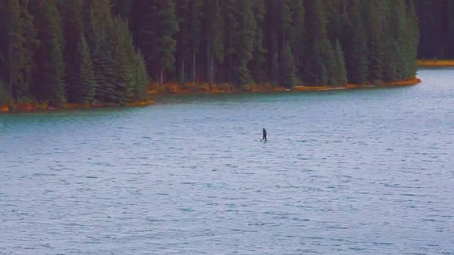 这个湖在班夫众多的湖中并不是太奇眼,正是因为这样来的游客也少