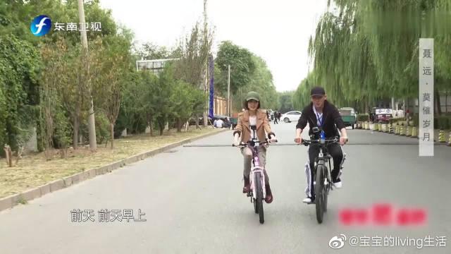 聂远骑自行车接女儿天天放学,天天唱英文歌给爸爸听,天天超萌的!
