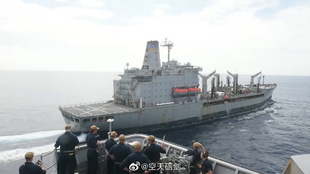 美国海军舰艇在安达曼海进行补给训练