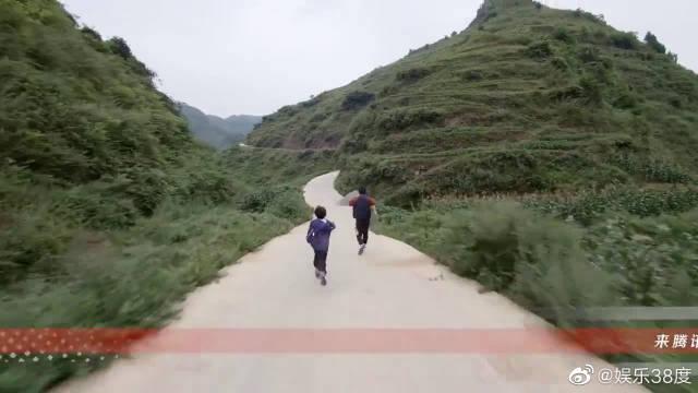 在贵州山村公路,大鹏和小朋友比赛跑步气喘吁吁~