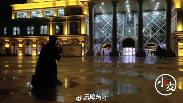 郑州某高校俩学生通过司法考试,图书馆门前三叩首跪拜