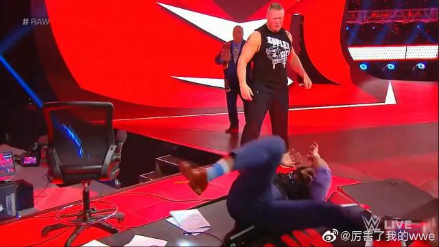 WWE布洛克·莱斯纳爆桌解说员,雷尔仗义解围狠揍大布!