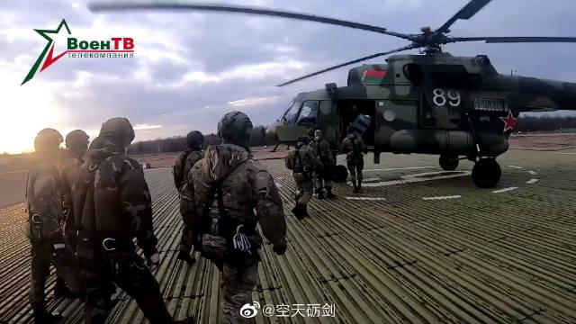 白俄罗斯武装部队进行机降训练