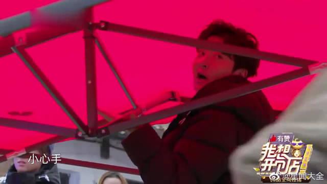 郭京飞不愧是宝藏男孩,下雨天给客户送雨伞,太暖心了