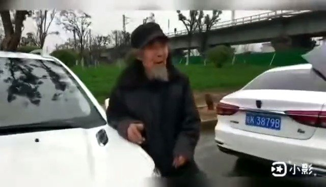 老人迷路电动车陷入泥潭 民警暖心救助