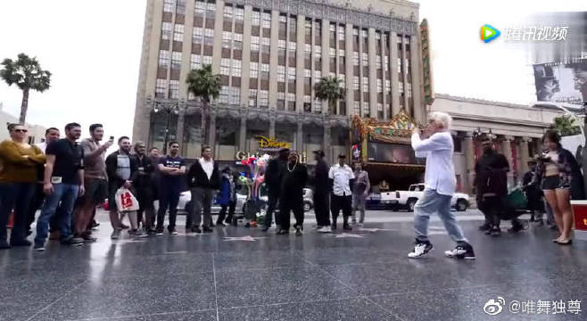popping舞王南贤俊在美国街头表演,你值得一看!@微博舞蹈