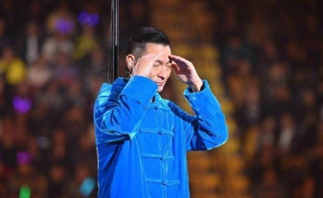 刘德华12月28日演唱会刚开始就结束,现场挥泪向观众道歉图片