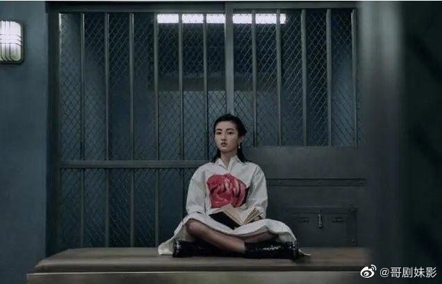 《唐人街探案3》,迎来了监狱风波,三位女演员中,子枫妹妹坐姿超A