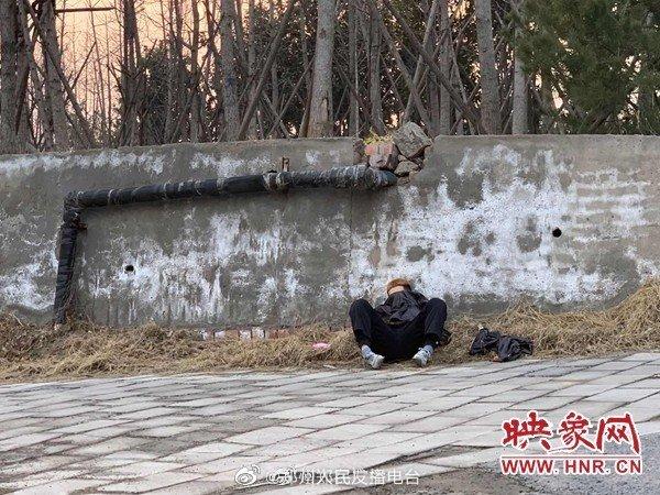 男子疑因与女友分手精神失常流浪郑州,疫情防控人员将其送到救助站