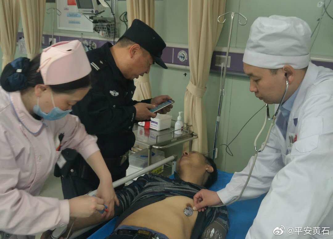 六旬老人看病途中突发晕厥   民警及时到场将其送医救治
