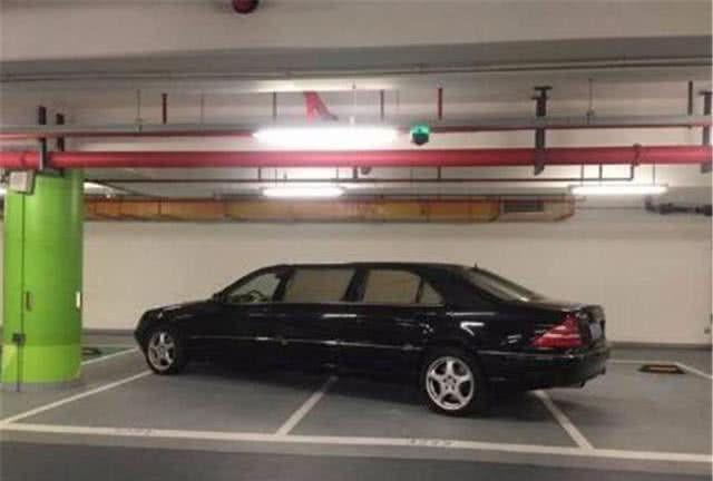 一辆奔驰连占3个车位,却无人敢打挪车电话?一看车型明白了