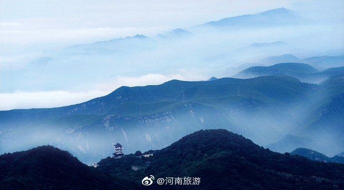 今日份云海,水墨画卷一场雨,一座山,一望无际是云海,云烟缭绕