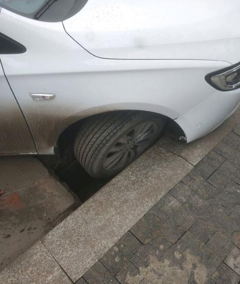 偶遇一辆开进坑里的车,网友:你忘记了,有种车叫做吊车!