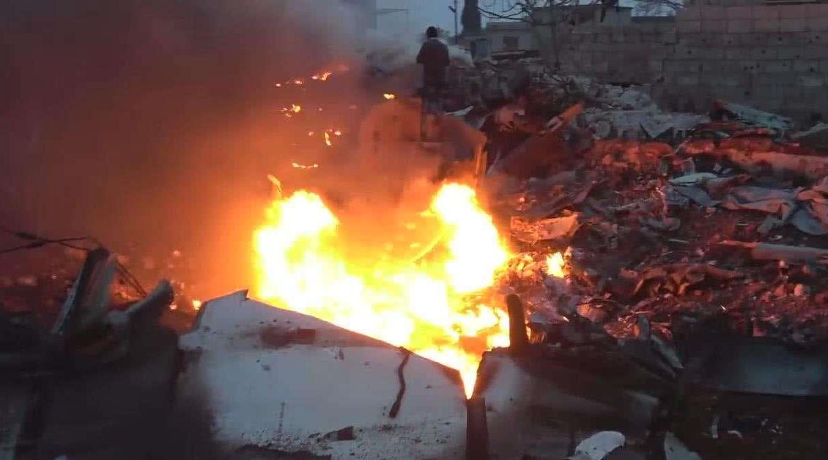 美驻伊大使馆军火基地被引爆,大量炮弹被炸出,30多人倒地不起