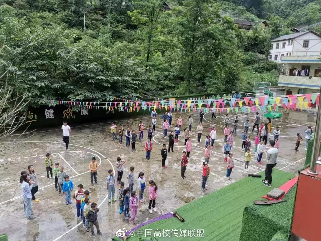 """南京大学南行思州队的队员们为当地小朋友举办了一场""""好玩运动会"""""""