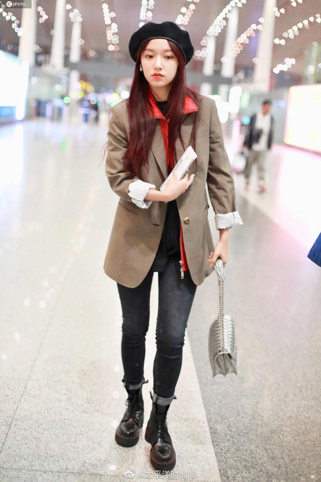 好时髦! 西装叠穿夹克,搭配铅笔裤和马丁靴现身北京机场