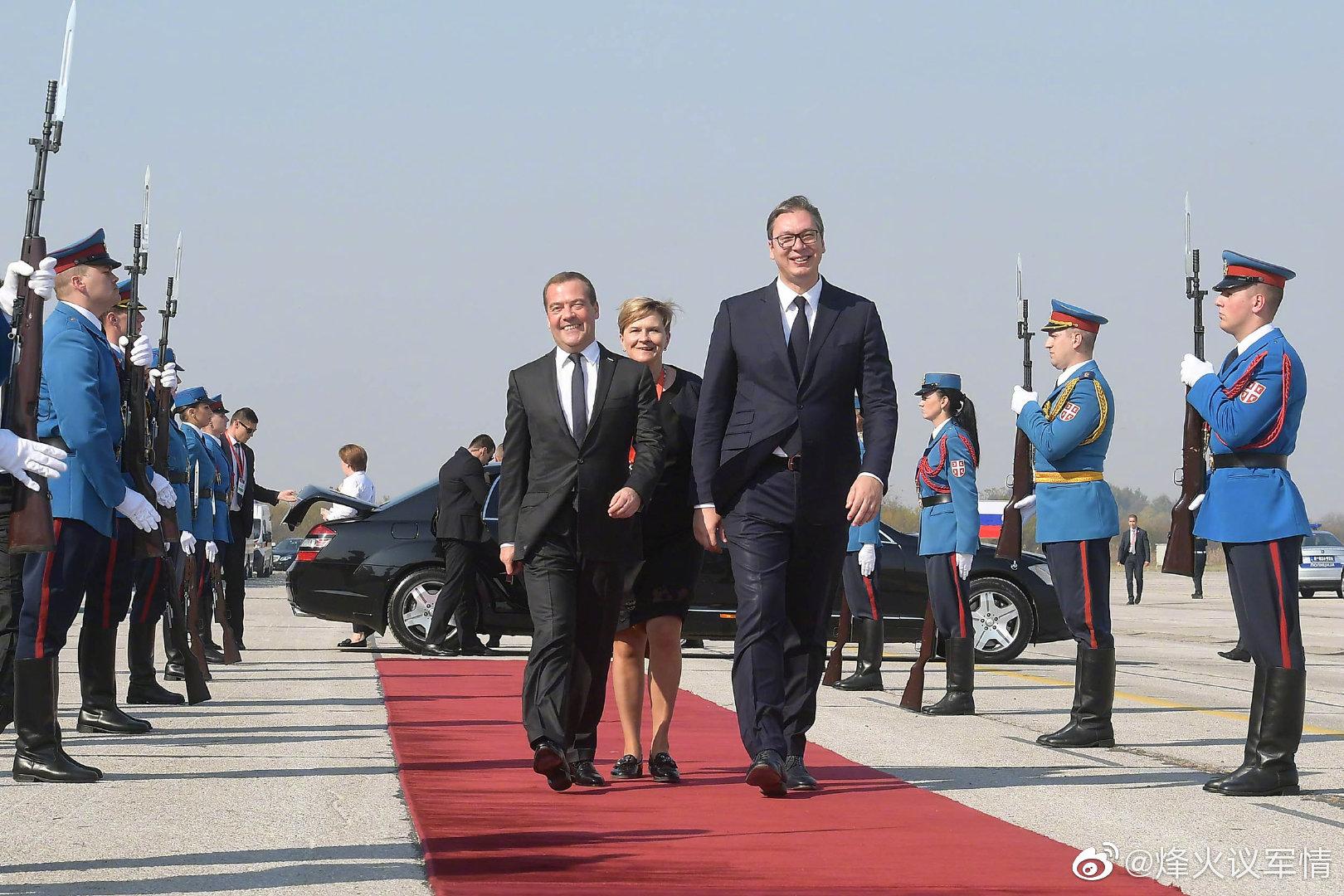 塞尔维亚武装部队向俄罗斯政府总理梅德韦杰夫展示战备状态
