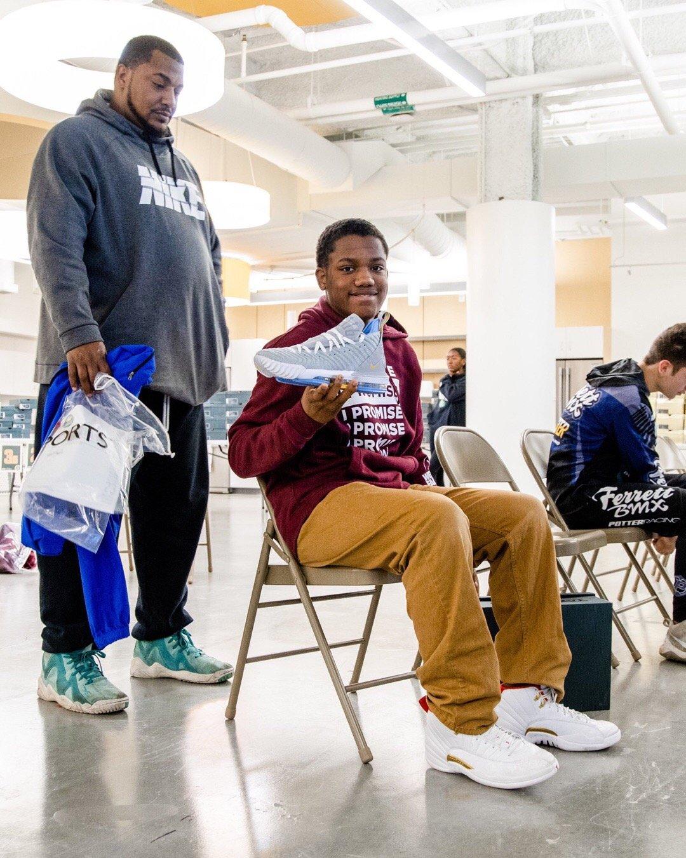 """詹姆斯为""""I Promise""""学生提供800双篮球鞋"""