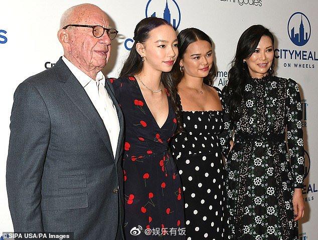纽约当地时间11月20日,某慈善活动午餐会上,邓文迪和她的女儿们
