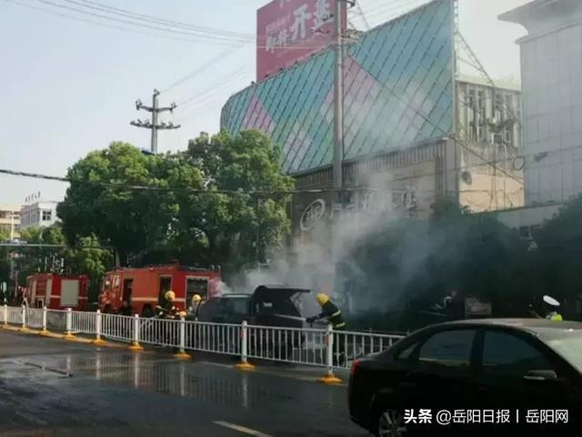 惊险!岳阳县城天鹅路一车辆自燃,交警消防5分钟成功处险