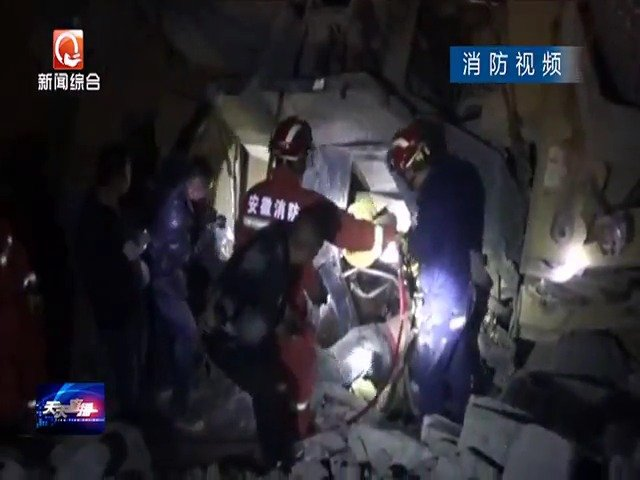 安庆:推土车倒车侧翻  驾驶员受伤被困