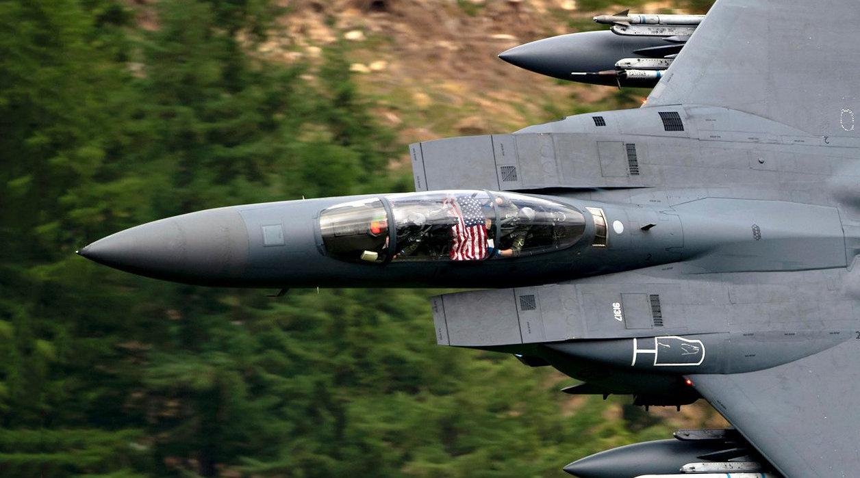 壮美瞬间!来自RAF Lakenheath基地F-15 E,低空密集穿越马赫谷