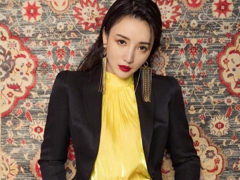 柳岩黑色西装配黄色内搭 红色高跟鞋点缀时尚感十足