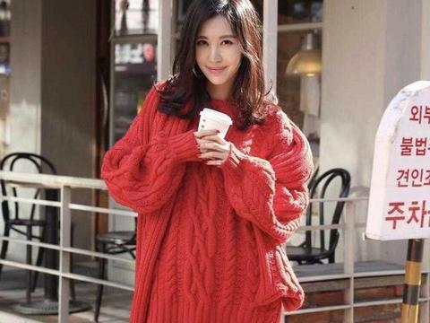 田朴珺终于不穿名媛风格,穿红色毛衣白到发亮,意外清纯、甜美