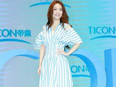 37岁田馥甄扛住未修图,穿蓝白条纹收腰裙,笑容甜美依旧少女范