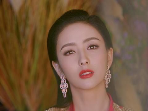 佟丽娅2020央视主持造型及妆容,共以三组礼服搭配三个唇色精致亮相