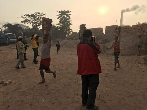"""""""一带一路""""的沿线国家孟加拉国:中国摄影师采风,十分敬业"""