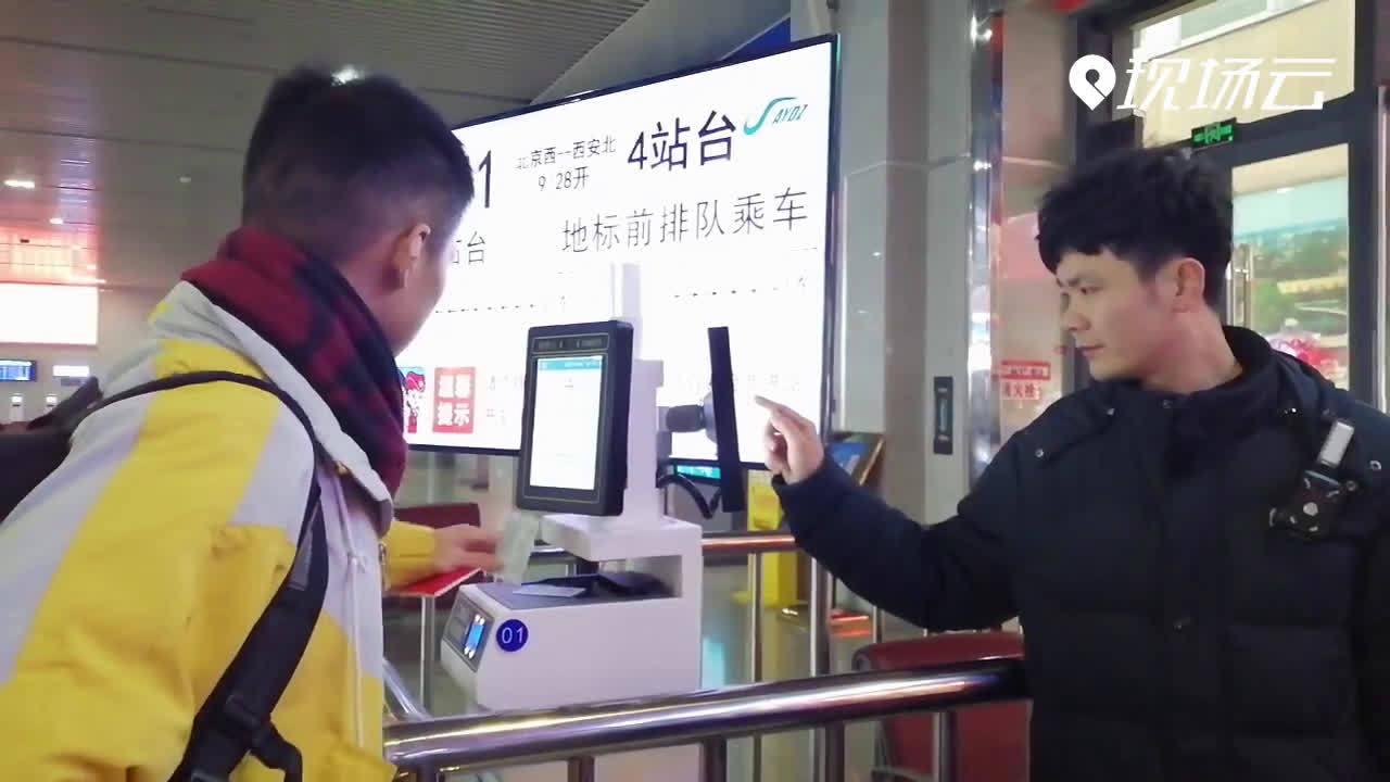 在高铁安阳东站,人工通道入口为各种特殊乘客服务,使其快速进站