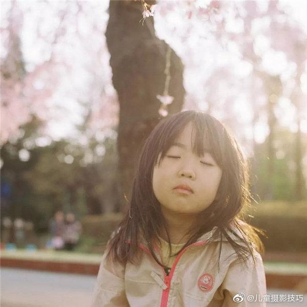 日本摄影师长谷川美祈一直观察着这个女儿