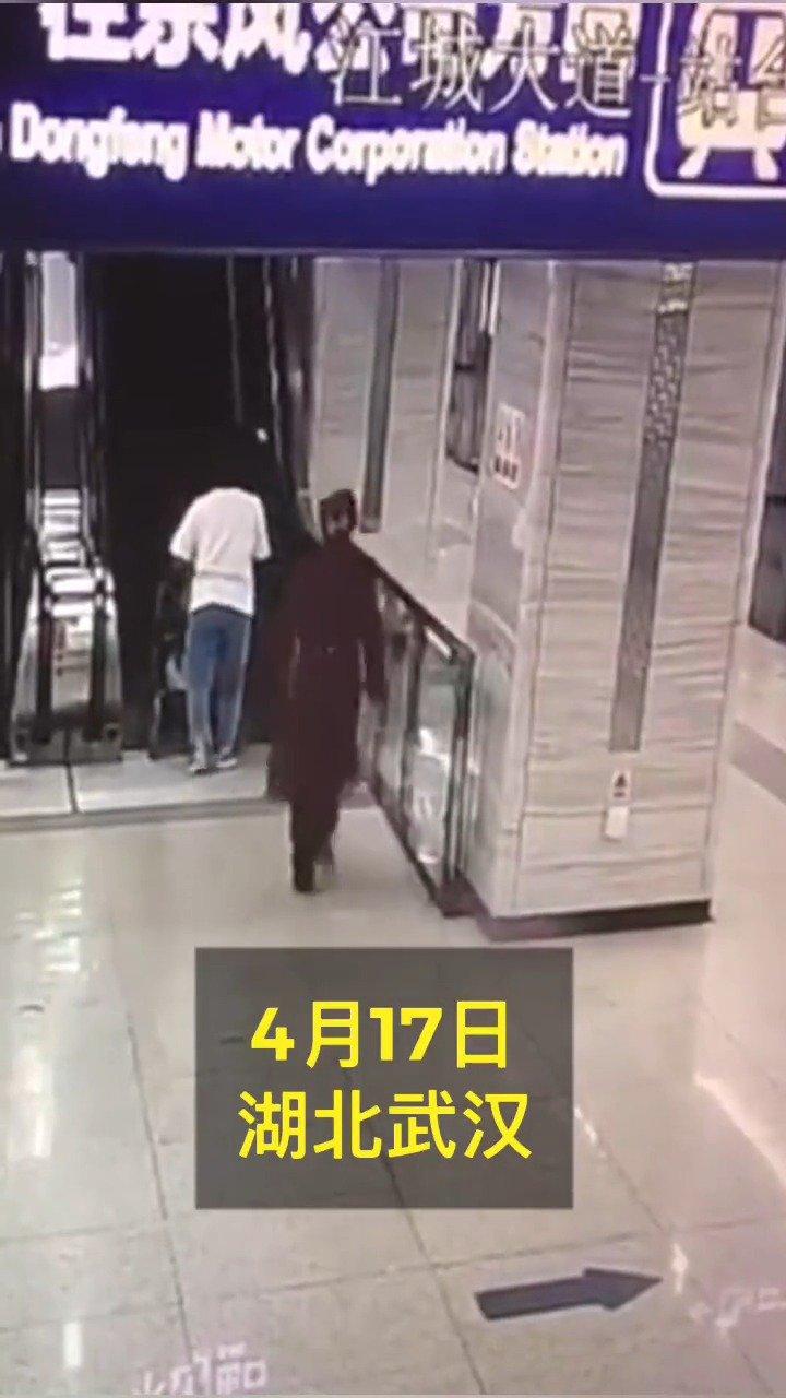闪电侠出现!年轻妈妈抱娃电梯上跌倒,女孩飞奔快速扶住
