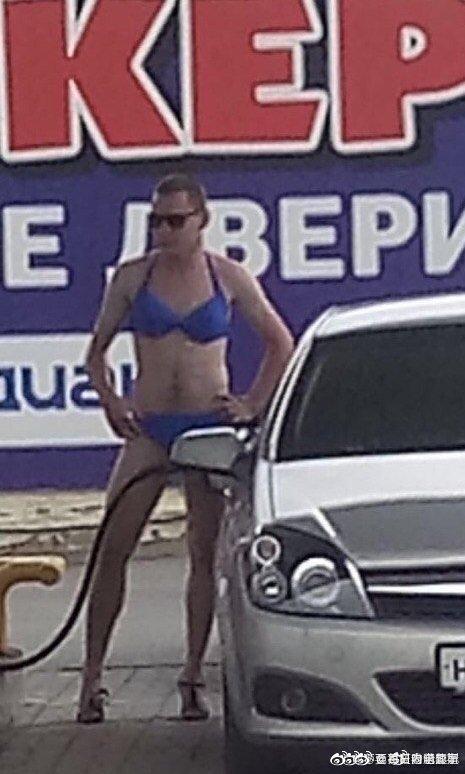 """俄罗斯一个加油站打出""""给穿比基尼来加油的人免费加油""""的广告后"""