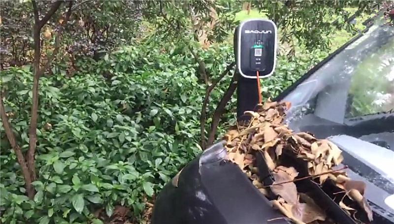 宝骏E200现柳州,为充电直接把车这么停放,车距不到一厘米!