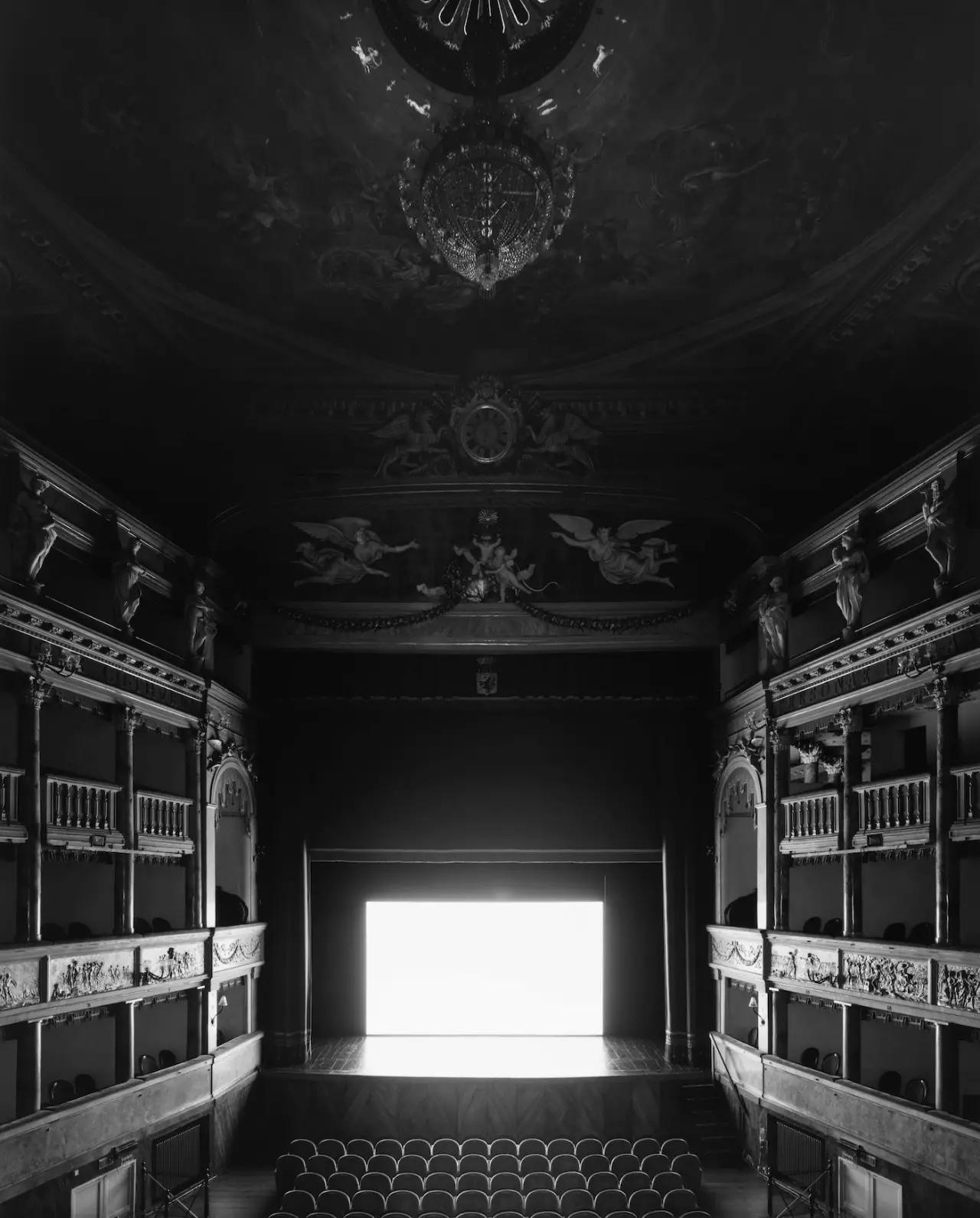 杉本博司是当代日本国宝级摄影师,他的创作将东西方史学