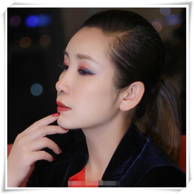 """中国好妈妈!秦海璐为儿子化""""蜘蛛侠妆"""",蓝红眼影配马尾超减龄"""