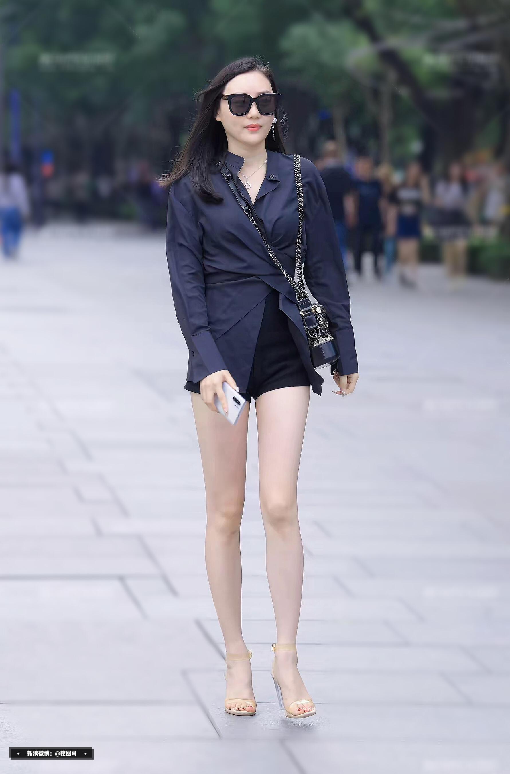 长袖配热裤,眼里就只有腿了。