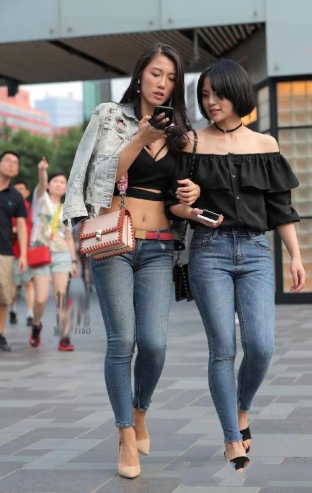 牛仔裤帅气大方装扮自然的美感,时髦减龄让你穿起来挺拔有型