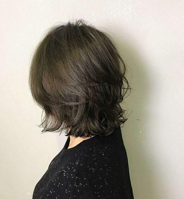 中发烫发发型精选,自然时尚好打理,是当下流行发型之一图片