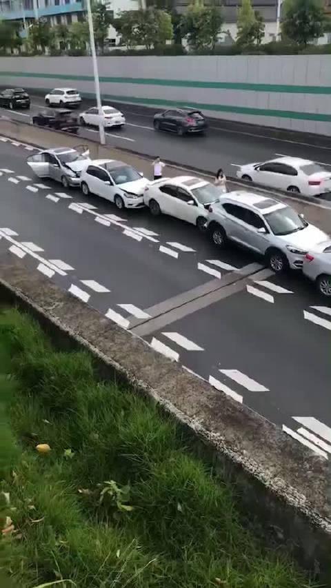 一个急刹,三起事故