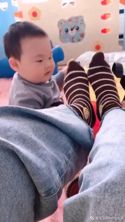 没办法,宝宝就喜欢为娘的脚丫子!改不掉啊~